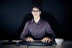 书呆子和他的计算机 免版税库存照片