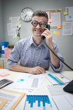 书呆子电话的办公室工作者 图库摄影