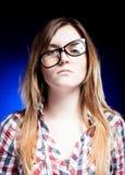 戴书呆子眼镜,学校问题的生气女孩 图库摄影
