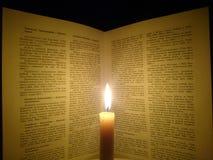 书和一个灼烧的蜡烛 免版税库存照片