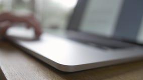 读书和卷动与Trackpad在便携式计算机上 影视素材