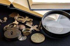 书和古董,在19世纪居住人,放大镜的古董项目  免版税库存图片