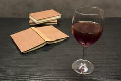 书和好酒 免版税图库摄影