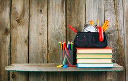 书和学校工具在一个木架子 库存照片