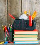 书和学校工具在一个木架子 图库摄影