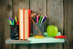 书和学校工具在一个木架子 免版税库存图片