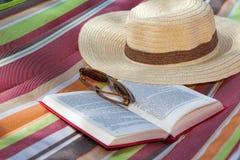 书和帽子 免版税库存图片