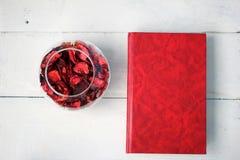 书和干花的瓣 免版税库存图片