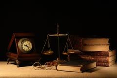 书和平衡 图库摄影