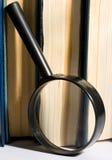 书和放大镜 免版税库存图片