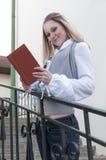 读书和放松想法 户外肉欲的白种人白肤金发的妇女阅读书画象在城市 库存图片