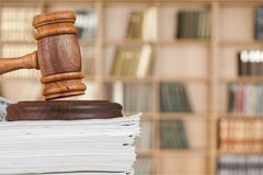 书和木惊堂木在桌上 3d概念金黄正义垫座回报缩放比例 免版税图库摄影