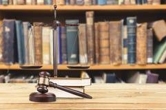 书和木惊堂木在桌上 3d概念金黄正义垫座回报缩放比例 免版税库存照片