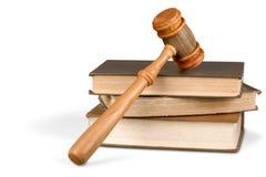 书和木惊堂木在桌上 3d概念金黄正义垫座回报缩放比例 库存图片