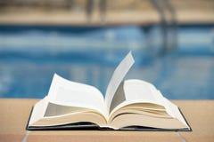 书和游泳池 库存图片