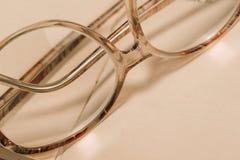书和玻璃 免版税库存图片