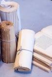 书和纸卷 免版税库存照片