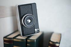 书和葡萄酒照相机在白色背景 免版税库存照片