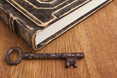 书和钥匙 免版税库存图片