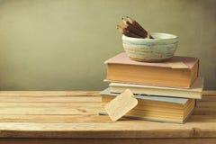 书和铅笔在木桌上在葡萄酒样式 免版税库存照片
