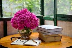 书和玻璃在表上 免版税库存照片