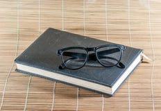 书和玻璃 图库摄影