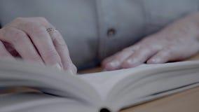 读书和翻转页特写镜头  递前辈 股票视频