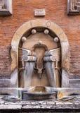 书喷泉在一条狭窄的街道上的在罗马,意大利 图库摄影