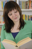 书图书馆读取妇女年轻人 免版税库存照片