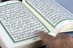 书圣洁伊斯兰koran开张了 免版税库存照片