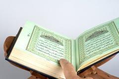 书圣洁伊斯兰koran开张了 免版税库存图片
