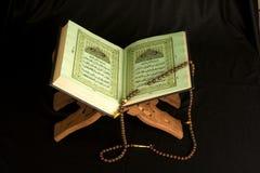书圣洁伊斯兰koran被开张的念珠 免版税库存照片