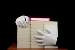 书在人的手上 免版税库存图片