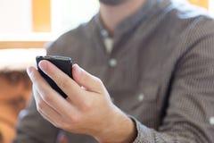 读书在智能手机的正文消息 库存图片