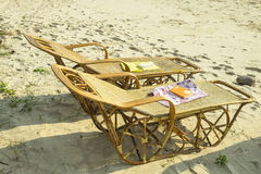 书在海滩床安置 库存图片
