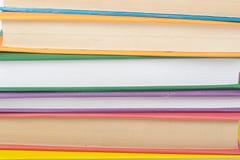 书堆积 打开书、精装书书在木桌上和蓝色背景 回到学校 复制文本的空间 免版税库存照片