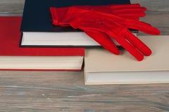 书堆积 打开书,在木桌上的精装书书 回到学校 复制文本的空间 被编织的手套 免版税库存图片