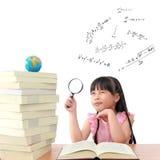 书天才女孩读取 免版税库存照片