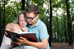 书夫妇读取年轻人 库存照片