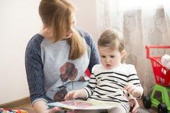 书女儿妈妈读取 免版税库存照片