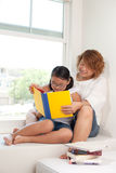 书女儿母亲读取 库存照片
