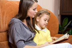 书女儿母亲读取 免版税库存照片