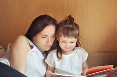 书女儿母亲读取 图库摄影