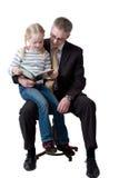 书女儿父亲读 免版税库存照片