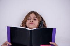 书女孩一点读了 库存图片