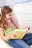 书女孩回家一点读取 免版税库存图片