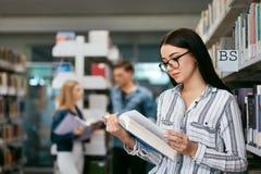 书女孩图书馆读取 学生学会 免版税库存图片