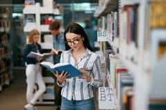 书女孩图书馆读取 学生学会 免版税库存照片