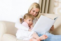书女孩小母亲读了惊奇 免版税库存图片