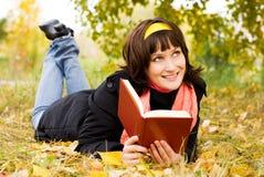 书女孩愉快的读取 免版税库存图片